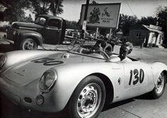 La voiture de James Dean, il est mort en la conduisant.