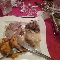 Minun JOULU RUOKA Annos....Herkullista Nam. JOULU Menu BLOGISSA. Vaikka en ole Kinkun Ystävä, kinkku maistuu just paistuneena ja valmiina syötäväksi. Tykkäätkö Kinkusta? Piti santsata, harvoin kun syö Joulu ruokaa maistuu Ihanalta. HYMY #joulu❤  #joulu #ruoka #jouluruoka #menu #koti #tyyli #blogi #blogilates #annos #kinkku #kastike #laatikot #tykkään #herkullista #kotimaista ⌚❤☺