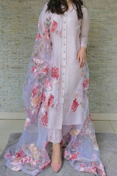 Indian Fashion Dresses, Indian Gowns Dresses, Dress Indian Style, Indian Designer Outfits, India Fashion, 70s Fashion, Fashion Quiz, New Designer Dresses, Winter Fashion