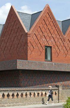 Leuke details in metselwerk Brentwood School Study Centre by Cottrell & Vermeulen. Brick Design, Facade Design, Brick Architecture, Architecture Details, Brentwood School, Brick Cladding, Brick Art, Brick Detail, Brick Texture