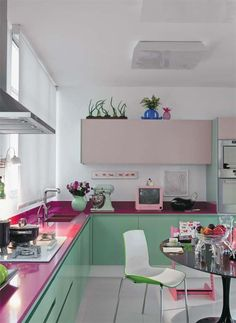Cozinha verde e rosa pink and green Kitchen Dinning, Kitchen Decor, Kitchen Design, Eclectic Kitchen, Sweet Home, Cocinas Kitchen, Kitchen Paint Colors, Green Kitchen, Pastel Kitchen