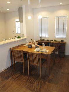 ウォールナット材の床にウォールナット材の家具で統一したダイニング空間!