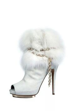 Bottines/Booties Blanc/White Fourrure/Fur Bout-ouvert/Open-toe Talons-hauts/High-heels TexteOriginal/OriginalText: Queen of Ice and Snow / Fairytale / karen cox. Fur Boots, Heeled Boots, Bootie Boots, Cute Shoes, Me Too Shoes, Le Silla Shoes, Sexy Stiefel, Kinds Of Shoes, Sexy Boots