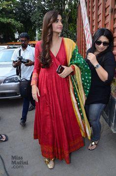Sonam kapoor in raw mango by sanjay garg India Fashion, Ethnic Fashion, Indian Attire, Indian Wear, Pakistani Outfits, Indian Outfits, Indian Designer Outfits, Designer Dresses, Anarkali Dress