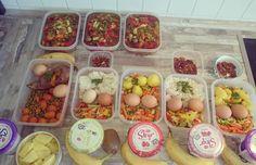 This week's foodprep is ready: breakfast: Skyr  fruits lunch: 2 eggs asian veggies/mixed veggies with sweet potato  /rice /potatos snack: banana or pecan nuts dinner: self-made lentils-veggie soup.  Für die kommende Woche steht das Essen mal wieder fest und kann nach dem Abkühlen verstaut werden.  Frühstück: Skyr mit Obst (Ananas Kiwi oder Banane) Mittag: je 2 Eier mit Gemüse (Asiagemüse Erbsen-Karotten Kaisergemüse) und Kohlenhydraten (Reis Kartoffeln Süßkartoffeln) Snack: Banane oder…