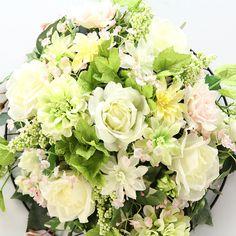 光触媒造花のフラワーアレンジメント 2915「COOL ROSES 白バラとダリアの 壁掛け 全長60cm」 造花のフラワーアレンジメント 造花ドットコム www.zouka.com