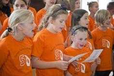 Pigekor fra Epilepsiforeningen med orange trøjer ved 50 års jubilæum