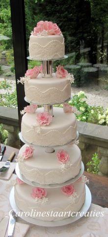 Bruidstaart met kant en rozen.