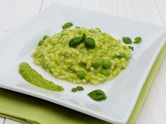 Il risotto con piselli è un primo piatto molto cremoso e dal sapore ricco, perfetto per i grandi e per i bambini che ne amano il colore verde