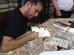"""Enrique Armenteros, firmando el libro """"Estación fantasma"""""""