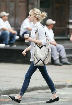 白シャツにスキニージーンズとスリッポンを合わせた軽やかコーデ。お団子にしたヘアとリネンのバッグがよりナチュラルな印象です。