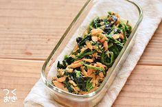 ツナとオイスターソースの魚介系の旨味がほうれん草によく絡んだ炒め物のレシピ。材料と作り方どちらもシンプルなので、作りやすいと思います。ほうれん草は鍋で茹でたあとにフライパンで炒めるので、固めに茹でるのがポイントです。冷蔵保存4日