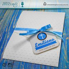 Primera Comunión Emiliano   Sobre Invitación en cartulina texturizada beige con grabado de puntos. En el interior, cartulina metalizada en tonos beige y azul.
