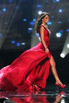 Ximena Navarrete Miss Universe 2010 Pageant Tips, Pageant Gowns, Beauty Pageant, Miss Universe Gowns, Mis Universe, Black Dress Red Carpet, Pagent Dresses, School Dance Dresses, Miss California