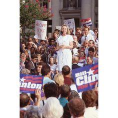 #fotografia #HilaryClinton  Campagna elettorale per la quarantaduesima presidenza degli Stati Uniti d'#America. Il candidato #BillClinton con la moglie Hilary e il #senatore Al Gore girano l'America per incontrare la gente, ascoltare i loro bisogni e convincerli di essere l'uomo che l'America ha bisogno.  #fotografiavintage #politica #ritratto #Hilary #1992