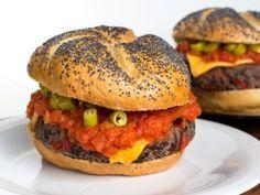 Mexican vegan burger - The Good Recipes Vegan Foods, Vegan Vegetarian, Vegetarian Recipes, Healthy Recipes, Quinoa Burgers, Vegan Burgers, Burger Recipes, Veggie Recipes, Mexican Burger
