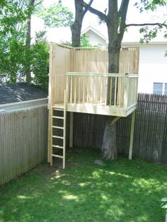 30 Free DIY Tree House Plans to Make Your Childhood (or Adulthood) Dream a Reality From simple tree house plans for kids to the big ones for adult that you can live in. If you're looking for tree house design ideas, read this article. Backyard Trees, Backyard Playground, Backyard For Kids, Backyard Landscaping, Landscaping Design, Backyard Treehouse, Backyard Fort, Backyard House, Small Yard Kids