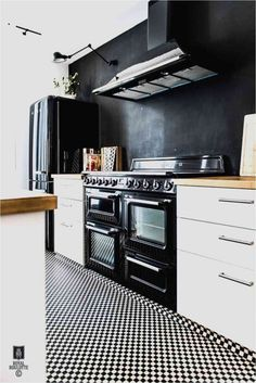 Kitchen with black walls, oven and smeg fridge in a fabulous home in Fontainbleu, France. Smeg Kitchen, Smeg Fridge, Kitchen Dining, Kitchen Decor, Kitchen Ideas, Kitchen Floors, Kitchen Layouts, Kitchen Wood, Kitchen Designs