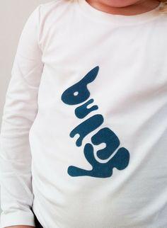 appliqueren, op dit witte T-shirt is in stukken de vorm van een konijn gezet