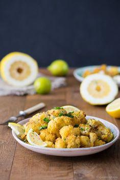 Ofengebackener Blumenkohl mit würzigen Zitronen-Kräuter-Bröseln