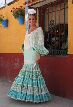 Seguímos con los looks de la Feria de Córdoba, como bien sabéis durante esta semana publicaremos una foto al día. En nuestro paseo por las calles centrales nos encontramos con este traje, de corte canastero y en tonos verde agua, las dos tendencias más usadas este año en todas las ferias de Andalucía. Relacionado