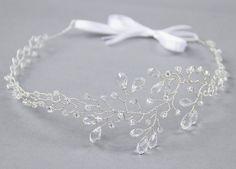 Opaska z kryształkami Vivienne.  Bogato zdobiona kryształkami różnej wielkości i szklanymi koralikami ozdoba do włosów.   Do kupienia w sklepie internetowym Madame Allure!  #slub #wesele #opaskaslubna