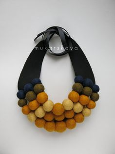 DIY Idea for felt balls and fabric necklace for autumn and winter Textile Jewelry, Fabric Jewelry, Beaded Jewelry, Handmade Jewelry, Jewellery, Felt Necklace, Fabric Necklace, Diy Necklace, Necklaces