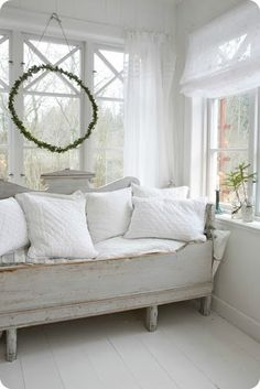 Toves Sammensurium. Antique day bed, I can see myself reading in it.
