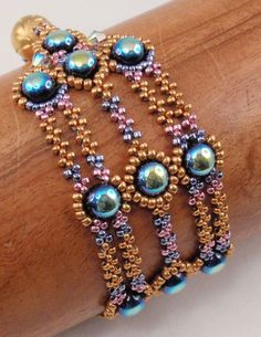 Beading Tutorial für Valor Armband, Schmuckmuster, Beadweaving Tutorials, in . Beaded Bracelet Patterns, Beading Patterns, Beading Ideas, Beading Tutorials, Handmade Wire Jewelry, Vintage Jewelry, Armband Diy, Motifs Perler, Seed Bead Bracelets