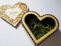 Egyedi gyűrűpárna esküvőre: fából készült, gravírozott szív doboz mohával bélelve. Beleszerettél? Nézd meg a weboldalunkon: http://eskuvoidekor.com/spd/461479/Sziv-dobozos-gyuruparna-moha-belsovel