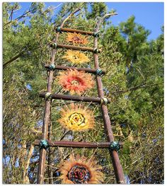 woven sunflower loom / litha on imgfave Weaving Projects, Weaving Art, Loom Weaving, Old Wooden Ladders, Wooden Fences, Outdoor Learning, Yarn Bombing, Outdoor Art, Outdoor Gardens