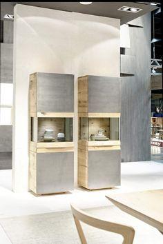 La combinaison de bois massif, de métal brillant et de verre créée une ambiance ultra-design et exclusive. Ce mobilier luxueux aux usages multiples vous permettra d'optimiser votre espace intérieur grâce à ses possibilités de stockage importantes.