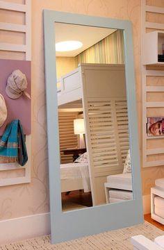 Os acessórios são excelentes para deixar o ambiente mais amplo e ordenado #quartocompartilhado #quartos #quartosdecorados Mirror, Bedroom, Furniture, Design, Home Decor, Maximize Space, Dividing Rooms, Suspended Bed, Shared Bedrooms