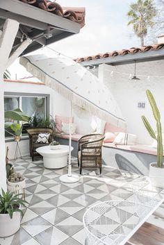 DIY Outdoor Umbrella Ideas For More Comfort Backyard That Everyone Will Love # # Decor, Outdoor Decor, Balcony Furniture, How To Clean Furniture, Patio Design, New Homes, Patio Inspiration, Backyard Decor, Patio Tiles