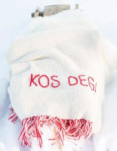 From Du store alpakka. Nice knittet blanket in red and white.