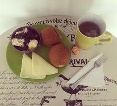 #healthybreakfast: porción de banano con #Arándanos y #AvenaEnHojuelas de @quakercolombia, mogollas integrales sin dulce de #AlimentosParaLaVida, queso bajo en grasa de @alpinacol y té #FrutosTropicales de @tehindu con manzanilla. Queso, Chocolate Fondue, Health, Desserts, Life, Food, Fat, Sweet Treats, Marble