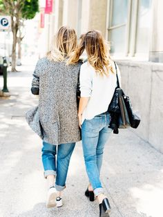 Jess Hannah and Becky Bunz paired Levi's with easy separates and light layers for an afternoon coffee date. #LadiesInLevis