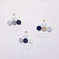 仲良く並んだ丸にいろいろな柄が描かれたブローチ。 シンプルな服装でも、パッと華やぎますよ。
