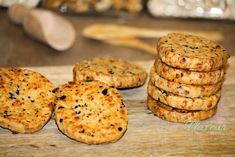 BISCUITI CU CASCAVAL SI MASLINE - Flaveur Romanian Food, Romanian Recipes, Biscuit, Foodies, Muffin, Good Food, Food And Drink, Appetizers, Gluten