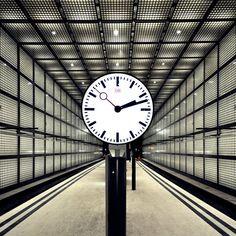 City Tunnel Station Wilhelm-Leuschner-Platz / Leipzig, Allemagne by Max Dudler Architekt / glass brick dominated underground station