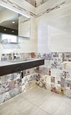 romantic bathroom interior/ tiles with flowers/ romantiskas vonios interjeras/ http://www.apdailosnamai.lt/sienines-plyteles/vonios-kambario-sienines-plyteles