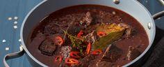 Maso nakrájejte na kostky a smíchejte s tymiánem, jalovcem, bobkovými listy, paprikou, feferonkou a kmínem. Nechte odležet do druhého dne. Na sádle... Good Food, Beef, Cooking, Health, Red Peppers, Meat, Kitchen, Health Care, Healthy Food