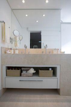 O escritório Arquitetura 8 ampliou a área de 3,3 m² do antigo banheiro da suíte máster ao reduzir um dos quartos. O ambiente, após a reforma, passou a contar com área de 5,5 m². A distribuição dos espaços e a porta de correr (refletida no espelho) contribuíram para a sensação de amplitude. (...)