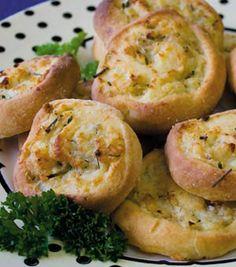 Savoury Pinwheel Scones Finger Food Appetizers, Appetizer Recipes, Breakfast Tea, Breakfast Recipes, Lunch Box Recipes, Lunch Ideas, Savory Scones, Food Tech, Pinwheel Recipes