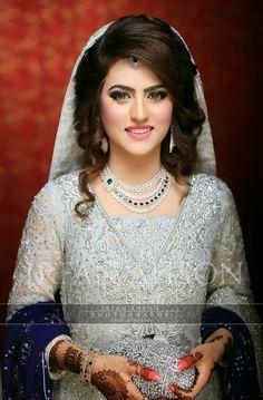 Ideas Pakistani Bridal Makeup Walima Desi Wedding For 2019 Pakistani Wedding Hairstyles, Pakistani Bridal Makeup, Pakistani Bridal Dresses, Pakistani Dress Design, Bride Hairstyles, Hairstyles 2018, Short Hairstyle, Desi Bridal Makeup, Pakistani Engagement Dresses