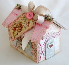 Valentine house...perfect for Valentine treats, or to hold Valentine's from friends.By:lilybeanpaperie