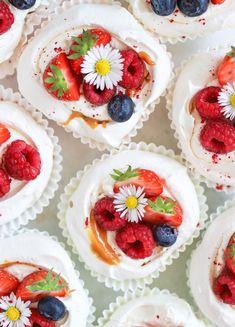 Mini Pavlova – Recept med kola och bär Mini Pavlova, Fika, Brownie Cookies, Tart, Panna Cotta, Cake Decorating, Sweet Treats, Cheesecake, Easter