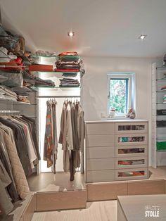 modulares Regalsystem mit Fachböden aus Glas und Kleiderstangen zum einschieben. Perfekt für ihren begehbaren Kleiderschrank oder das Ankleidezimmer.