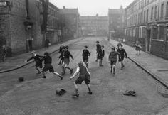 Fútbol callejero por Bill Brandt