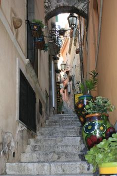 A little lane in Italy. I wonder where it leads? Shall we explore?